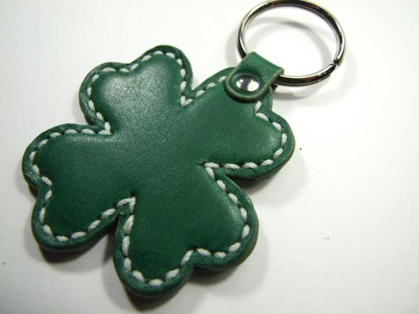 クローバーのキーホルダー 緑x白ステッチ-1