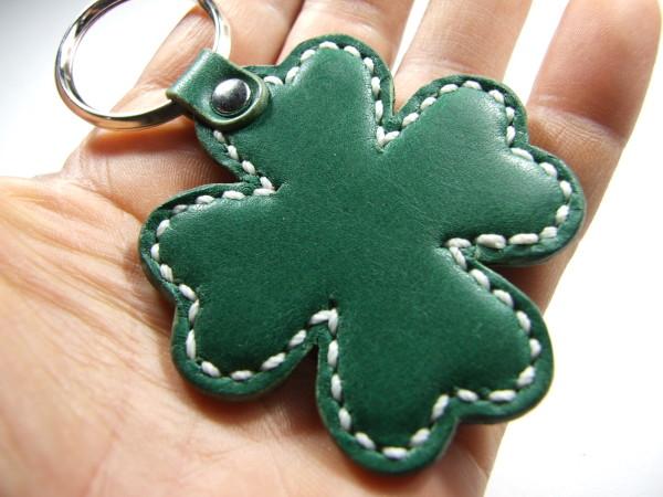 クローバーのキーホルダー 緑x白ステッチ