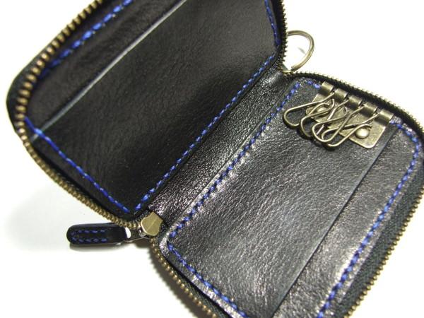 カードも入る黒のファスナーキーケース 青ステッチ-2