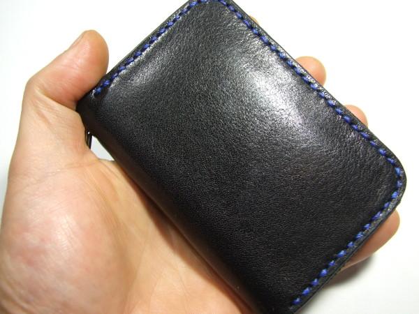 カードも入る黒のファスナーキーケース 青ステッチ-4