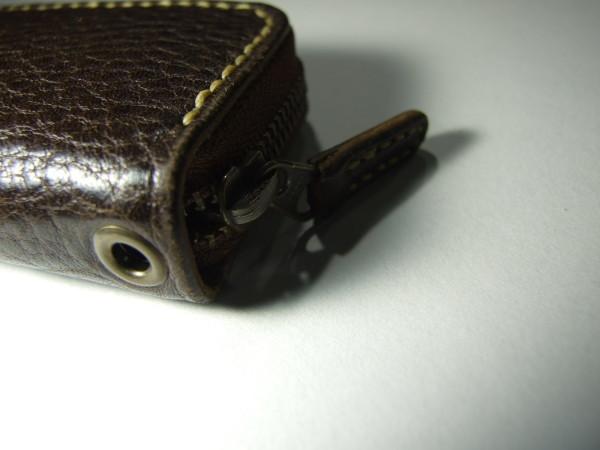 焦げ茶のファスナーコインケース ベージュステッチ-3