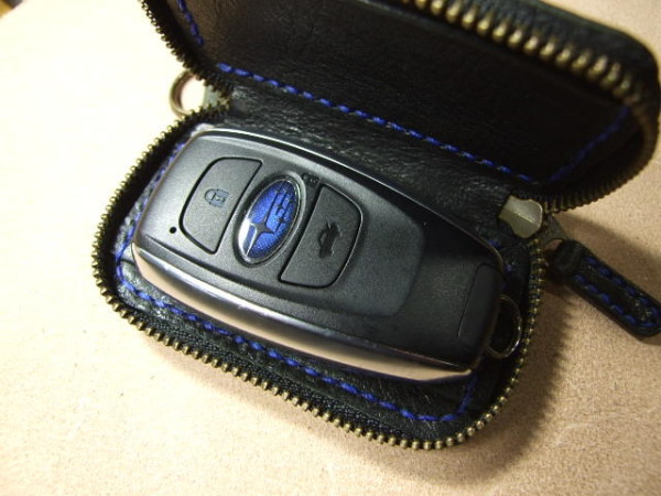 スバル・レヴォーグ用ファスナースマートキーケース 黒x青ステッチ-4