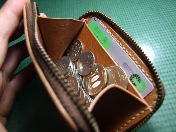 カードも入るキャメルのファスナーコインケース ベージュステッチ-4