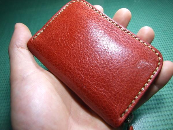 カードも入る赤いファスナーコインケース ベージュステッチ