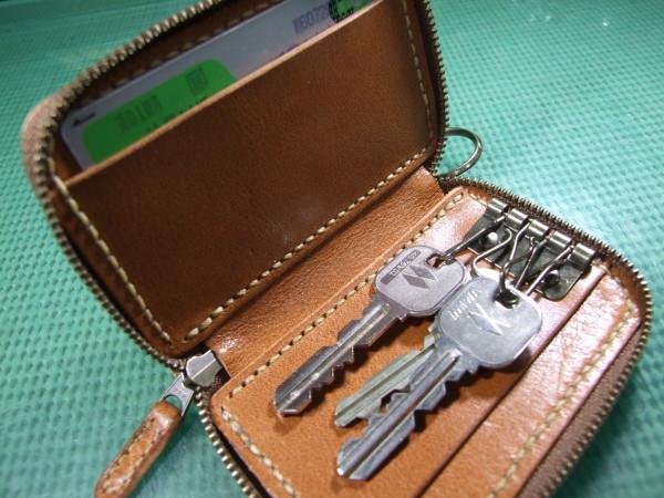 カードも入るキャメルのファスナーキーケース ベージュステッチ-3