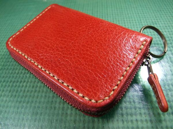 カードも入る赤のファスナーキーケース ベージュステッチ-1