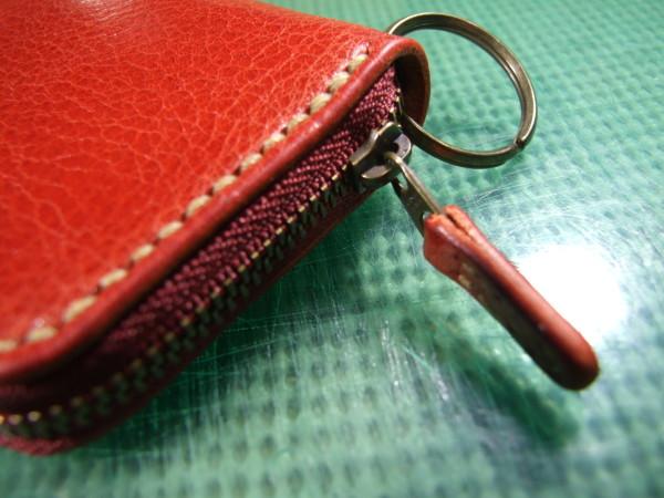 カードも入る赤のファスナーキーケース ベージュステッチ-2