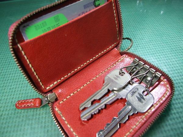 カードも入る赤のファスナーキーケース ベージュステッチ-3
