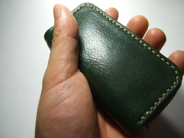 グリーンのファスナーキーケース ベージュステッチ