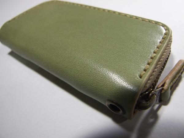 ミントグリーンのファスナーキーケース ベージュステッチ-2
