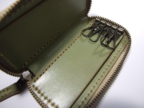 ミントグリーンのファスナーキーケース ベージュステッチ-3